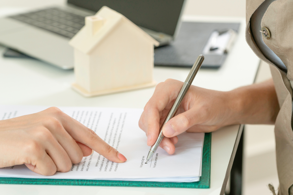 Client,signs,document,regarding,real,estate,activity.,lawyer,or,real